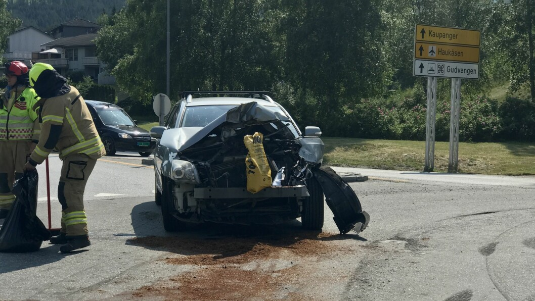 HEFTIG TRØKK: Den eine bilen hadde fått smadra heile framsida.