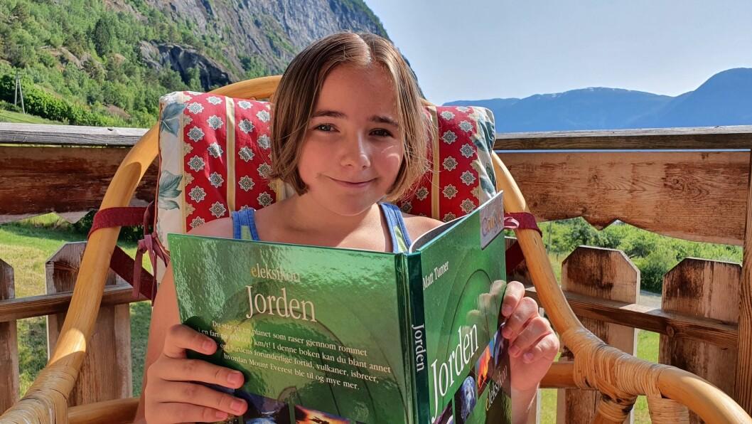 GLAD I Å LESA: Sunniva Skjeldestad (12) les helst faktabøker, og elskar å skriva.