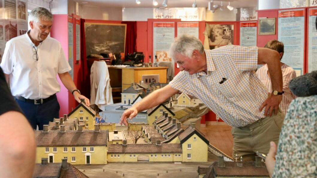 FORKLARER: Arkitekten bak modellen av Murgården på Sæbøtangen, Arild Høyvik, forklarerer kva som er kvar under gjenopninga av det ombygde Høyanger industristadmuseum.