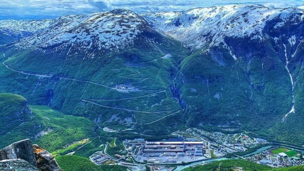 FLOTT SKUE: 1000-meteren buktar seg i 42 hårnålssvingar opp frå Øvre Årdal. Den gamle anleggsvegen kan du følga vidare heilt til Tyinoset på fylkesgrensa til Oppland.