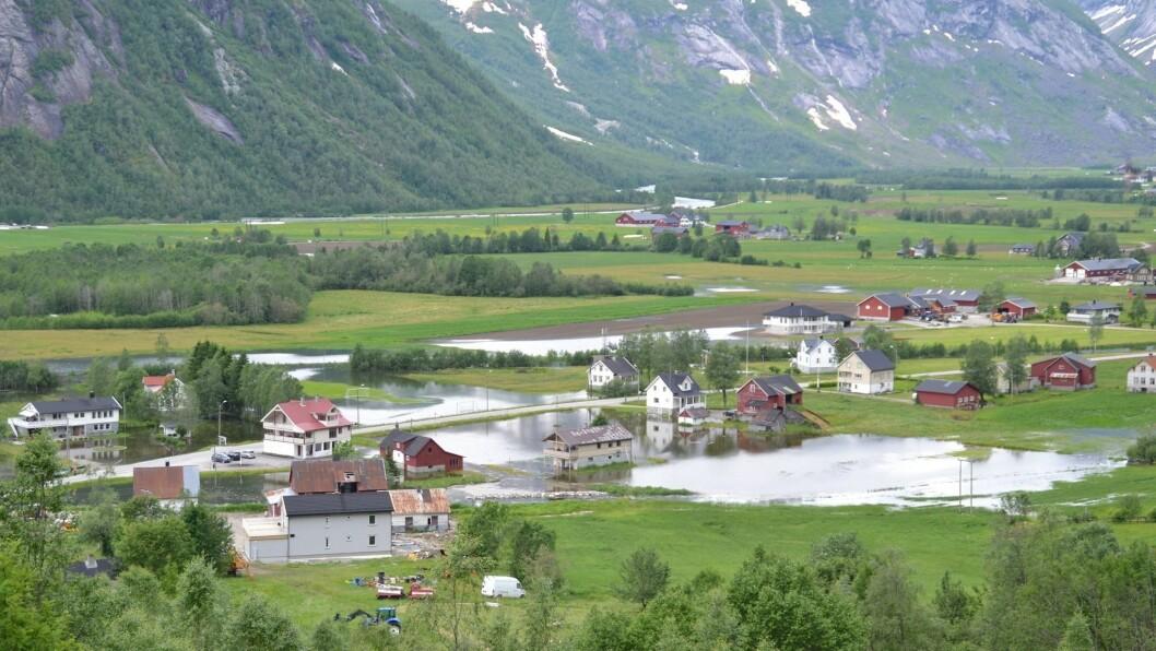 BLAUTT: Veitastrondsvatnet har allereie fløymd over éin gong i juni. No bur innbyggjarane seg på ein ny topp.