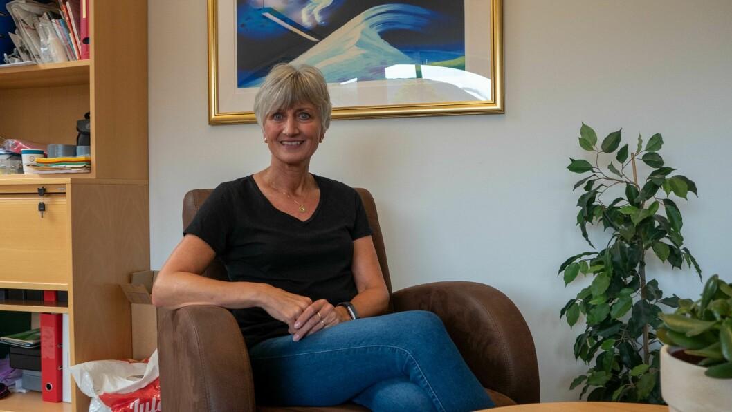 BRUKTBUTIKK: Luster frivilligsentral sin bruktbutikk er på flyttefot. På bildet ser du Anita Kjørlaug.