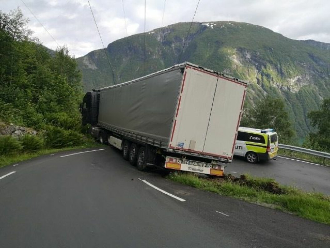 FARDALSVEGEN: Ein trailer køyrde seg fast i Fardalsvegen i Øvre Årdal.
