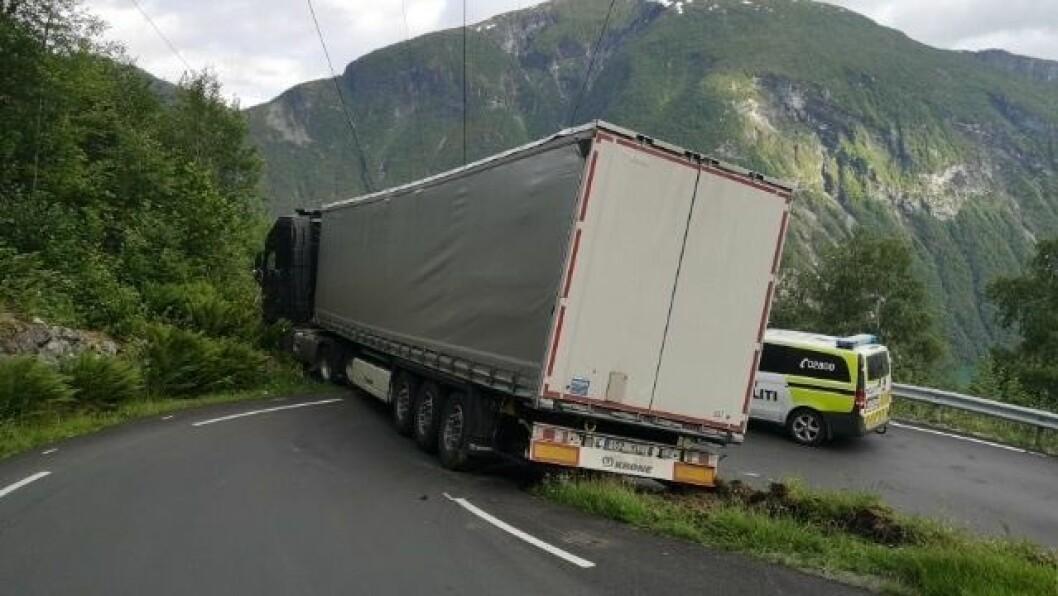 TINDEVEGEN: Sjåføren av traileren som sat seg fast på Tindevegen i går skal ha prøvd å stukke av etter å ha fått hjelp første gongen.