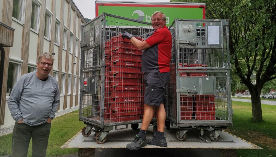 DYREBAR LAST: Posten kjem godt med når du skal distribuera bladet til 1800 postkassar utanfor Luster. Her lastar John Havellen og Jermund Fimreite årets opplag ombord.