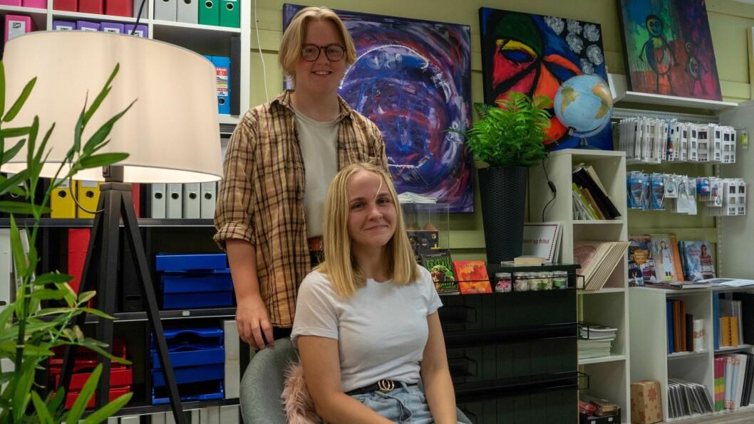 SOMMARJOBB: Lea Terese Viken Oppedal (15) og Marie Emilie Viken Oppedal (19) styrer butikken medan mamma og pappa er på ferie.
