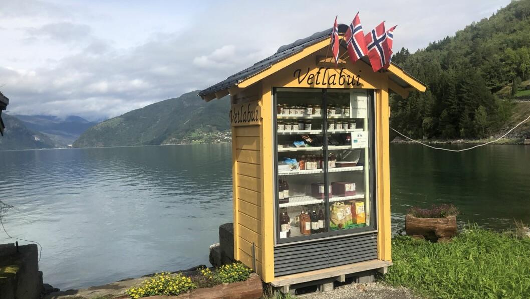 VETLABUI: Her kan folk kjøpa saft, syltetøy, og diverse økoligske varer.