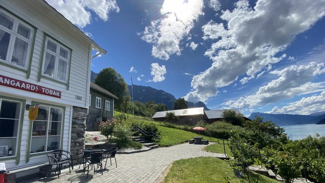 LERUM SAFTEVENTYR: Nils og Kari sin landhandel og fyrste Lerum-fabrikk står vakkert til på Sørheim, med fantastisk utsyn over Lustrafjorden og Molden.