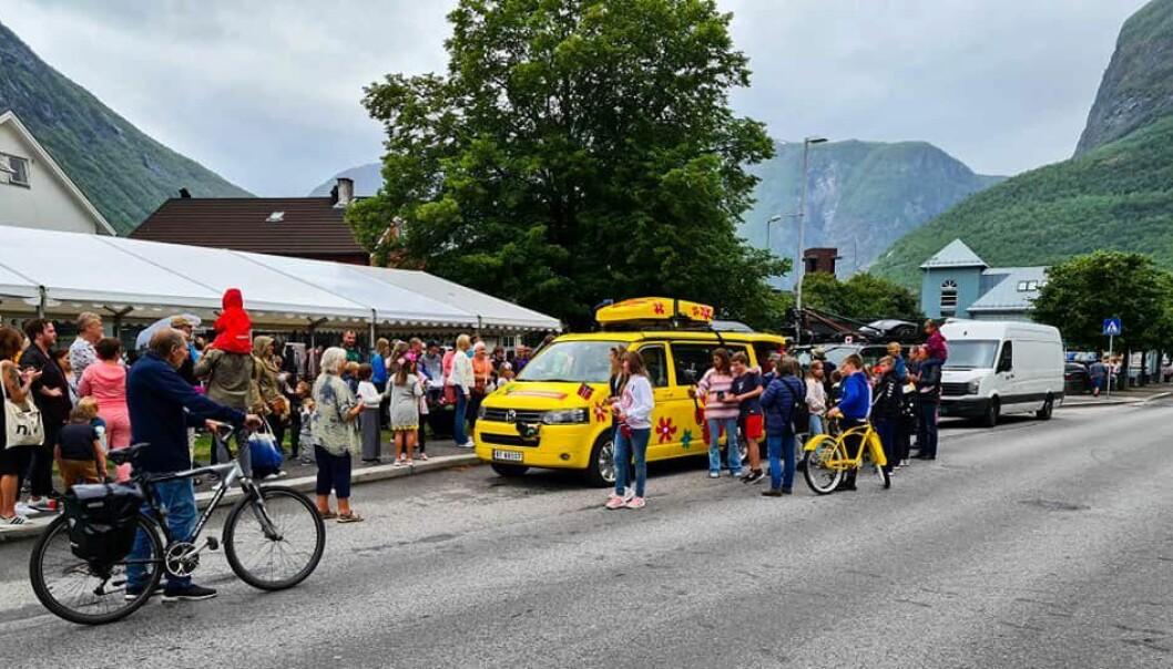 SOMMARBILEN: Folk flokka seg rundt sommarbilen i Årdal.