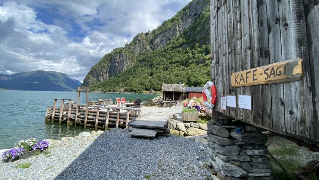FEIGESAGI KAFÉ: Under Feigefossen, nede ved Lustrafjorden finn du denne sjarmerande kaféen.