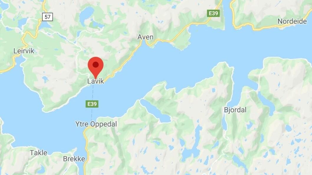 ULUKKE: Ein bil har køyrt av vegen i Lavik.