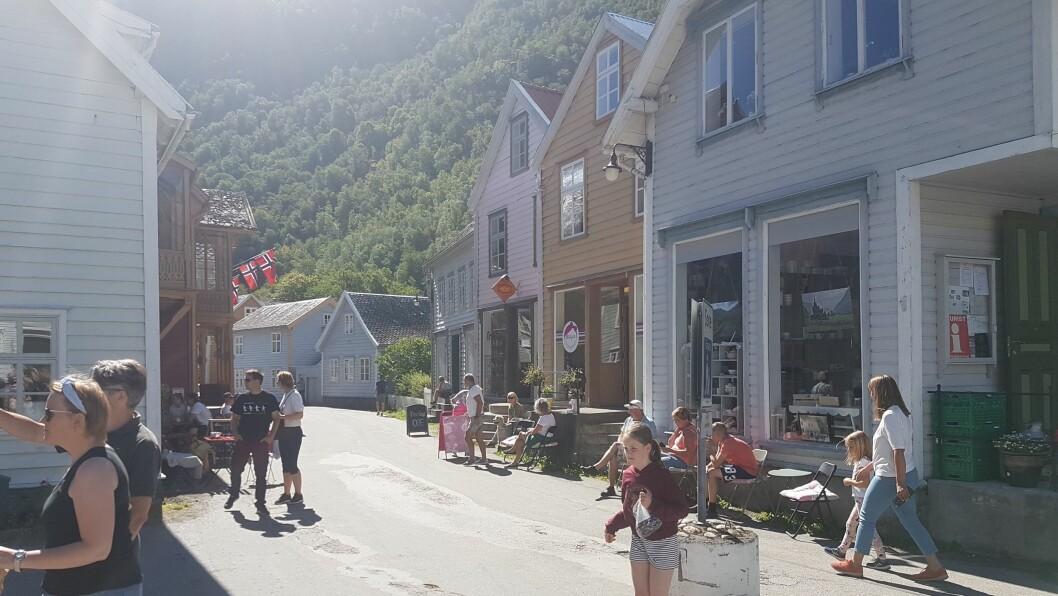 FOLKSAMT: Det har våre jamn og høg aktivitet i Gamlegata i Lærdal denne sommaren.