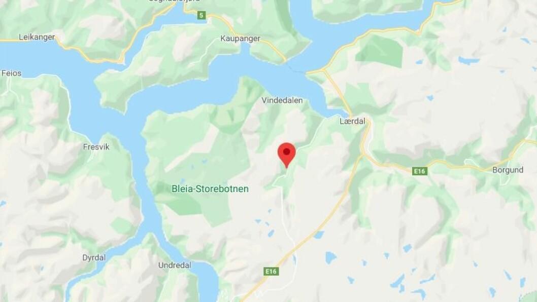 BUBIL: Ein bubil har køyrd seg fast i ein sving på Aurlandsfjellet.