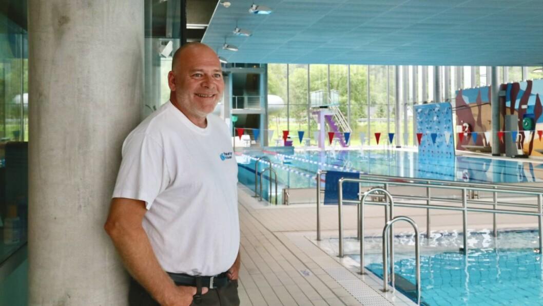 NØGD: Bademeister Sven Erik Lillehauge er godt nøgd med besøket i Høyangerbadet i sommar.