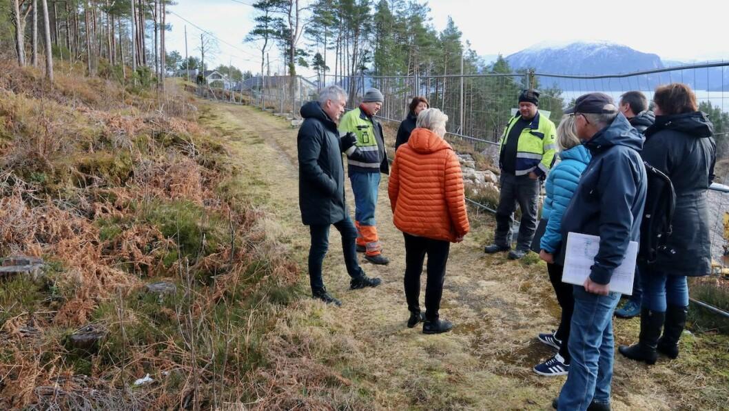 FLYTTING: Bjørkhaug Maskin AS ønskjer å flytte gamlevegen nokre meter nordover, til venstre i biletet. Her frå synfaringa til planutvalet på området i mars, der Steinar og Martin Bjørkhaug orienterte politikarane i Høyanger om industriområdet.