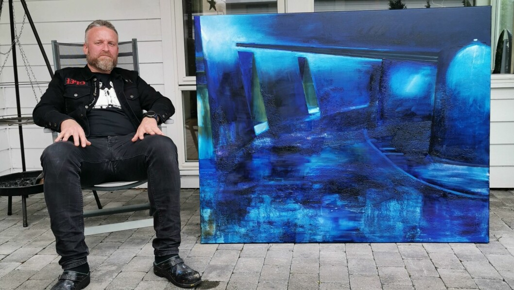 SPENT: Øyvind Osen har måla heile livet, og gler seg til å verte stilt ut i Bergen. Her ser me han med det største biletet han har laga, Sinsen II.