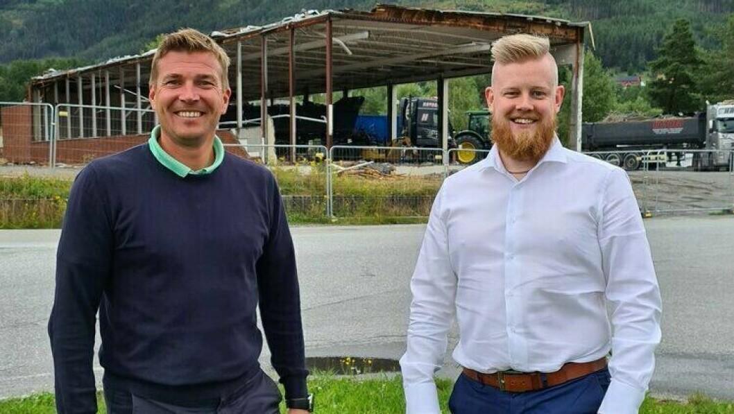 MARKNADSSJEF: Erlend Fardal Lunde, til høgre, er ny marknadssjef på ViteMeir på Kaupanger. Til venstre ser du Tor Arne Ness.