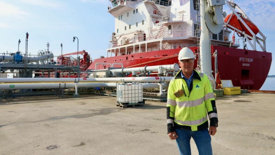 UTVIDING: Alexela Sløvåg AS og dagleg leiar Lars Narverud ønskjer å byggje ei ny kai slik at dei kan ta mot større båtar. Her er Narverud på kaia verksemda nyttar i dag.
