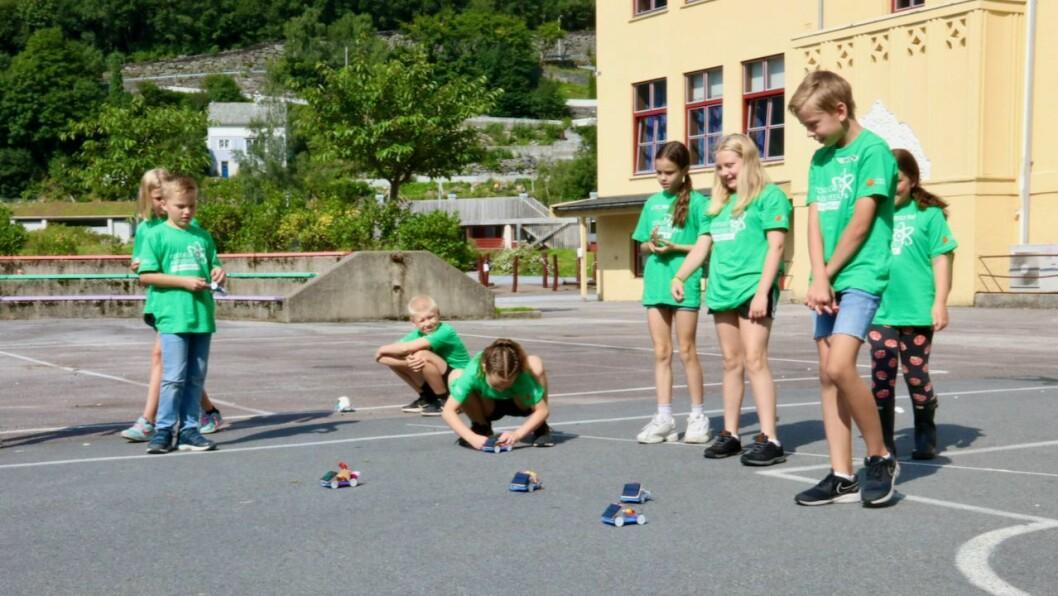 LØP: Borna som deltok på sommarlaben til Forskerfabrikken var engasjerte under billøpet der dei kåra den raskaste solcelle-bilen.