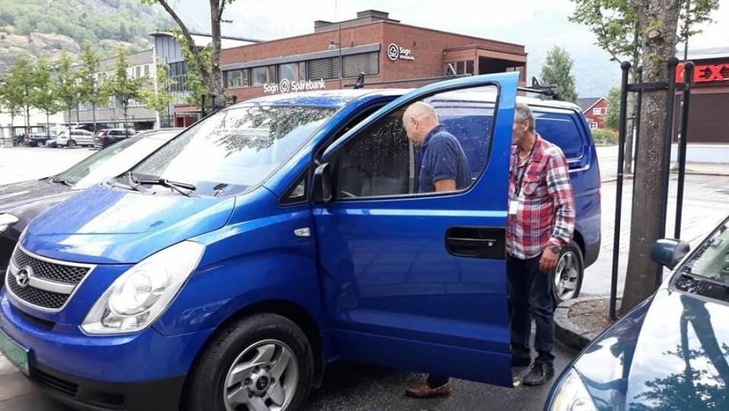 NY BIL: Lærdal frivilligsentral feira ny bil med jubel og kake.