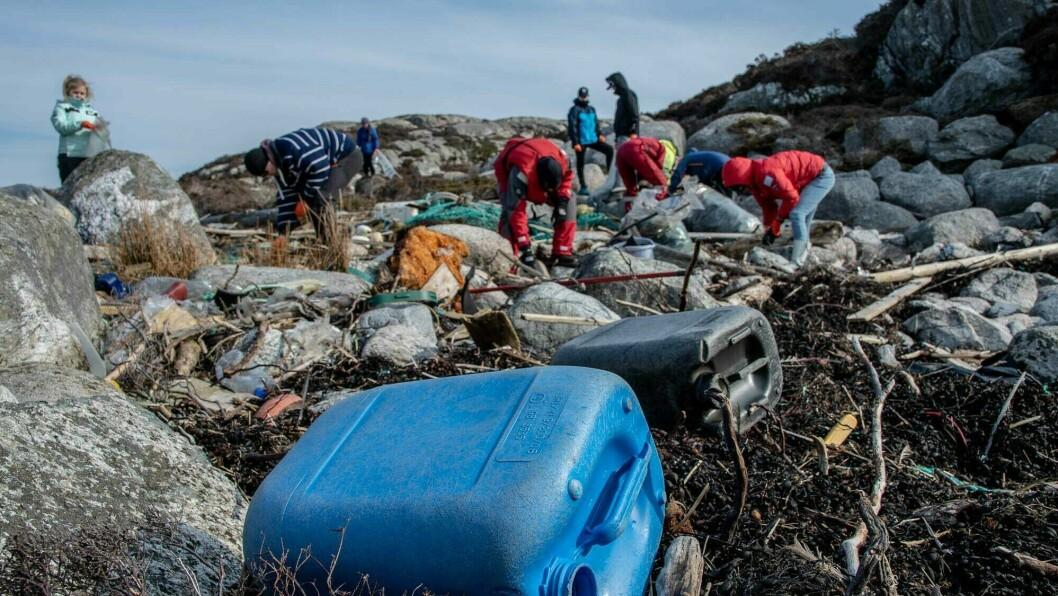 MYKJE: Ørjan Sandnes og Monica Bakkeli står bak prosjektet «Sognefjorden rein» der det vert samla plast i Gulen ytst i Sognefjorden. Det er mykje plast å finne.