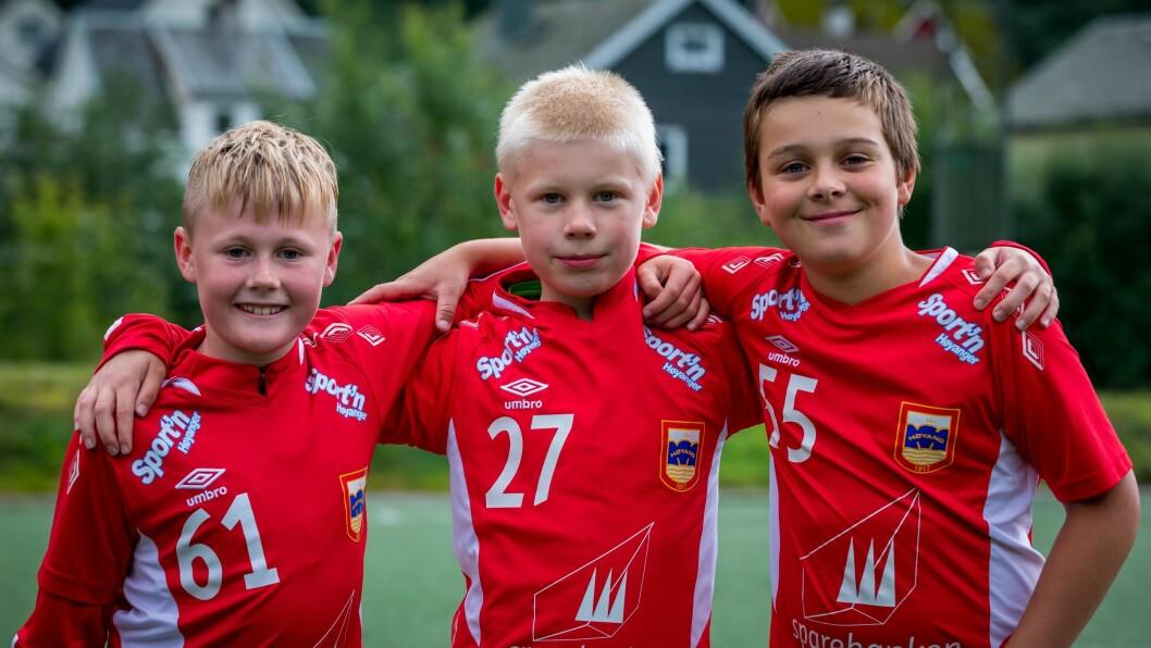 KAMPKLARE: Leo Nikolai Nese Olsen, Sverre Nes Hommedal og Vebjørn Julseth Lutentun er glade for at dei får lov til å spela fotballkampar att.
