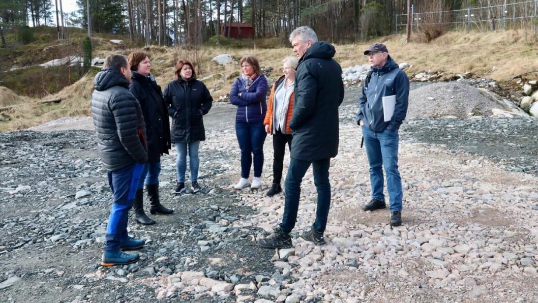 GJERDE: Planutvalet i Høyanger ber kommunen blant anna krevje eit permanent gjerde som sikring mellom gamlevegen og industriområdet Kvammen indre. Her frå synfaringa på området i mars.