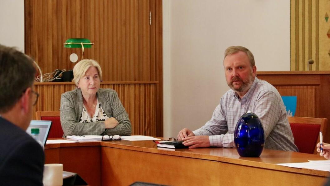 REKRUTTERING: Høyanger kommune treng å rekruttere fleire sjukepleiarar. Administrasjonen, her representert ved rådmann Kjellaug Ekse Brekkhus og personalsjef Arnvid Hovland,  føreslår difor ei ny stipendordning.