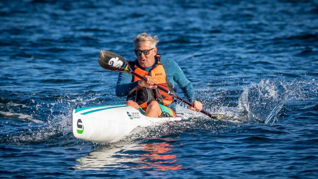 PERFEKT FOR FART OG BØLGER: – Surfski-kajakk er perfekt for både for fart og leik i bølger, seier Daniel Longfellow.