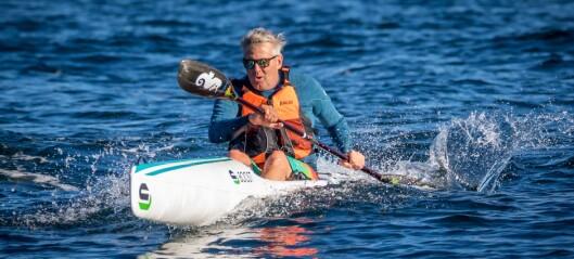Jagar bølgene frå hurtigbåten med surfski-kajakk