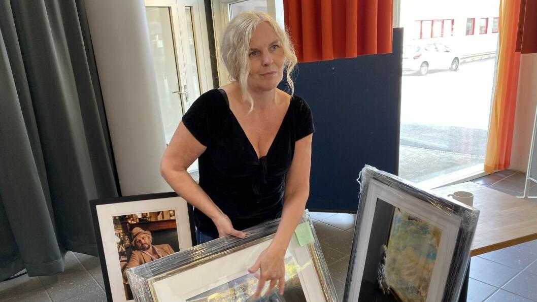 TILBAKE: Rigmor FJeldstad er tilbake i Årdal med utstilling. For eit år sidan hadde ho med seg Ari Behn hit.