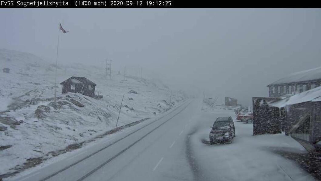 STENGT: Sognefjellet er stengd grunna snøen. Ny vurdering blir tatt sundag kl. 08.00.
