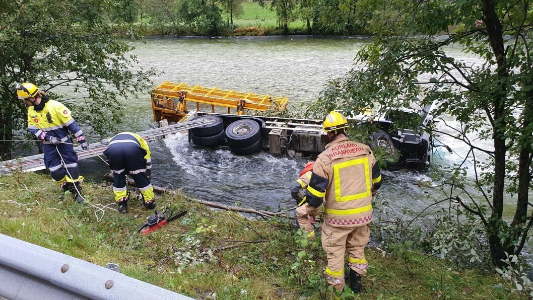 ULUKKE: Trafikkulukke på Hyllandsvegen der anleggsmaskin køyrde nedi elva.
