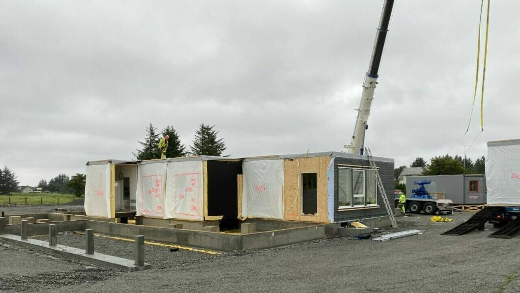 TEK FORM: Tysdag byrja den nye barnehagen på Byrknesøy å komme opp etter at 12 av 21 modular vart leverte.
