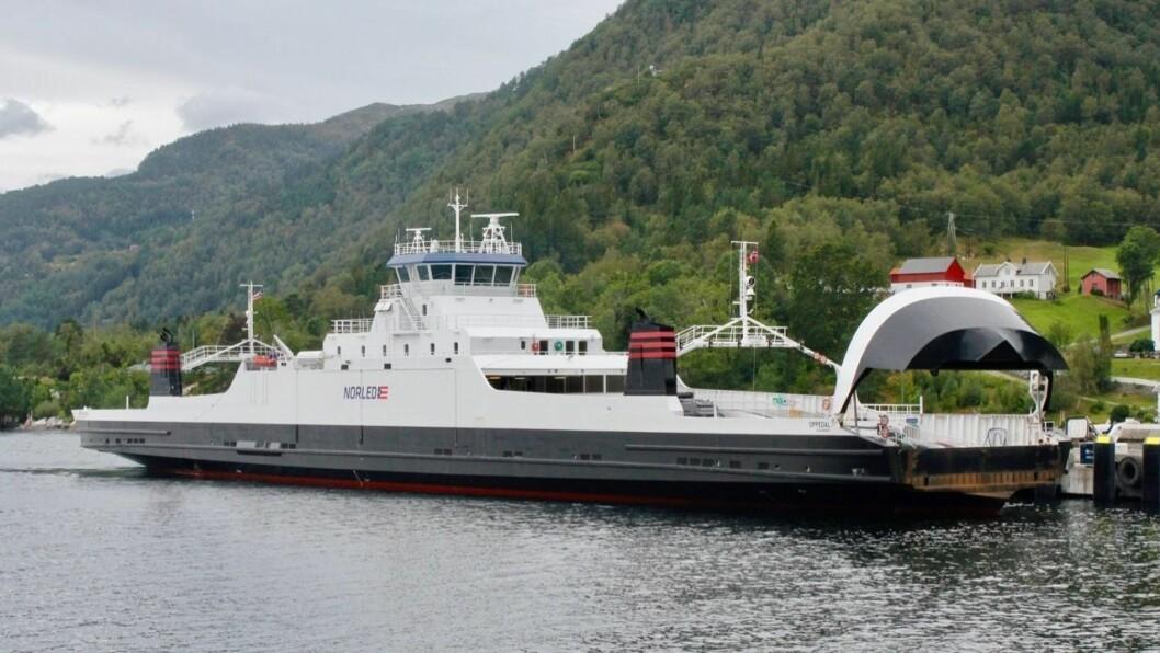 SLEPEBÅT: A-ferja MF Oppedal måtte nyttast som slepebåt tysdag då reserveferja MF Stord fekk problem.