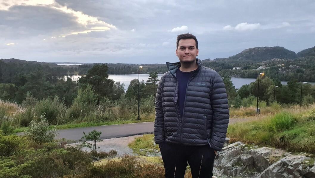 SKAL BYGGA HUS: Oddvar Vigdal skal bygga hus i Gulen saman med kjærasten. Her på tomta.