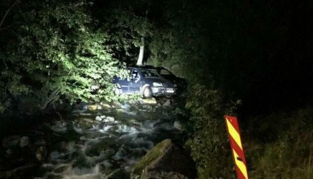 – Bilen kom køyrande på ein sideveg bak buskene til venstre på bildet, og har svinga rett ut i elva, melder operasjonsleiar i Vest politidistikt, Eivind Hellesund.