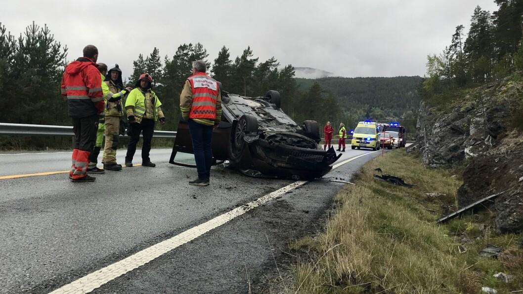 ULUKKE: Ein bil har hamna på taket på vegen mellom Kaupanger og Mannheller