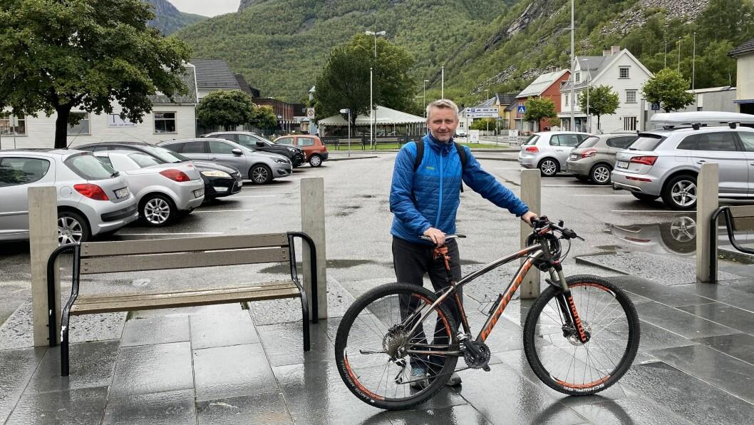 GJENNOMGANG: Kjell Nesse er leiar i næringssamskipnaden i Årdal. Dei vil no ha ein gjennomgang av parkeringane i bygda.