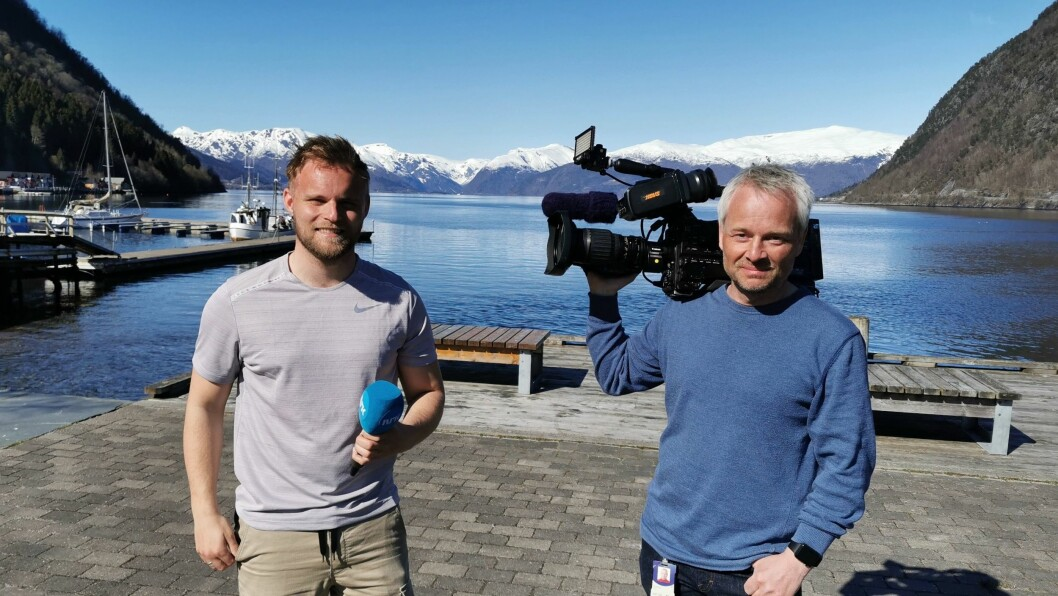 JOURNALIST: Ola Weel Skram (t.v) er ny journalist i Porten.no. Her frå tida som journalist i NRK.