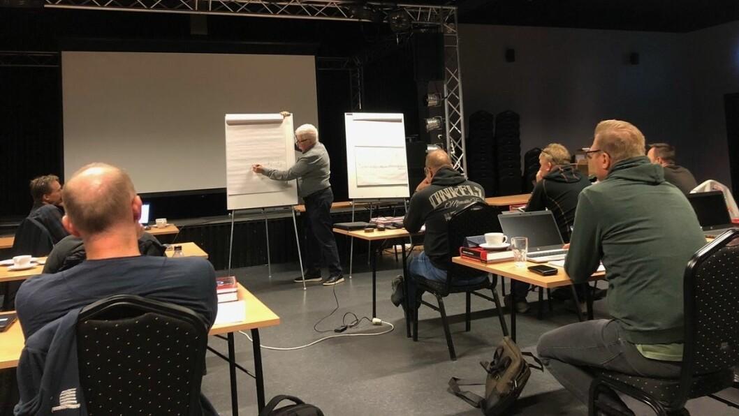 PÅ SKULEBENKEN: Den nye industrifagskulen i Årdal fekk 28 påmelde til det første kurset. Første veka var det samling, medan resten av undervisinga vil vera nettbasert.