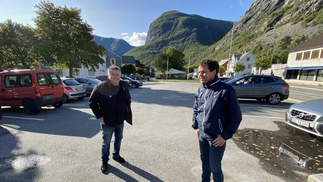 Henrik Rønningen (t.v) og Nils Solheim har sett seg lei av parkeringsutfordringane i sentrum. Dei meiner det har konsekvensar for både reiseliv og næring.