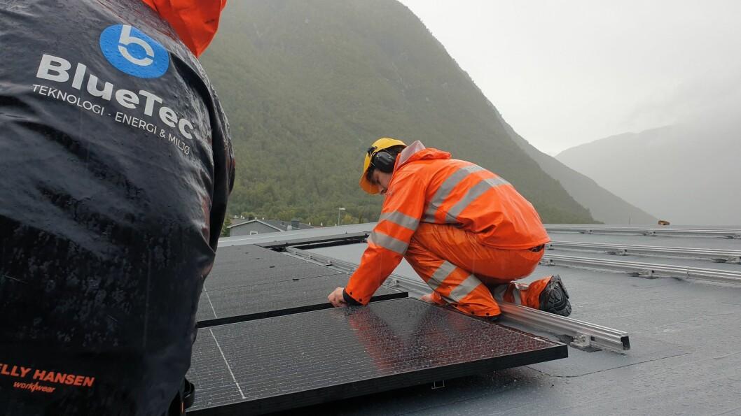 PILOT: Her blir det montert solcellepanel på taket til Årdal Energi Nett, eitt av dei to første anlegga det nystarta selskapet Solisi har installert som eit pilotprosjekt.