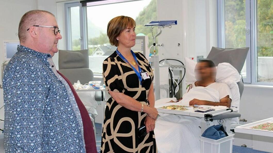 BETRE FORHOLD: Stadleg leiar ved Lærdal sjukehus, Margun Thue, kan saman med brukarrepresentant Per Arne Skjeldestad konstatere at det er langt betre plass, lysare og trivelegare for dialysepasientane. FOTO: HELSE FØRDE