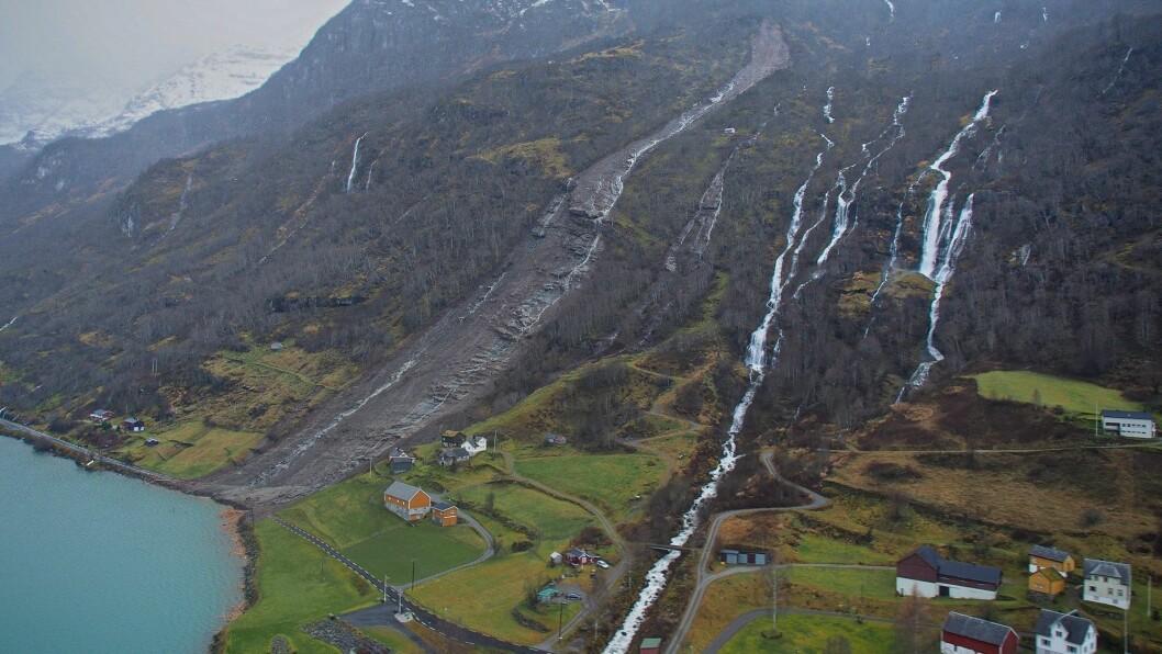 STORE KREFTER: I 2013 gjekk det fleire jordskred, som her ved Skredestranda, som det som passande heiter, ved Hornindalsvatnet.
