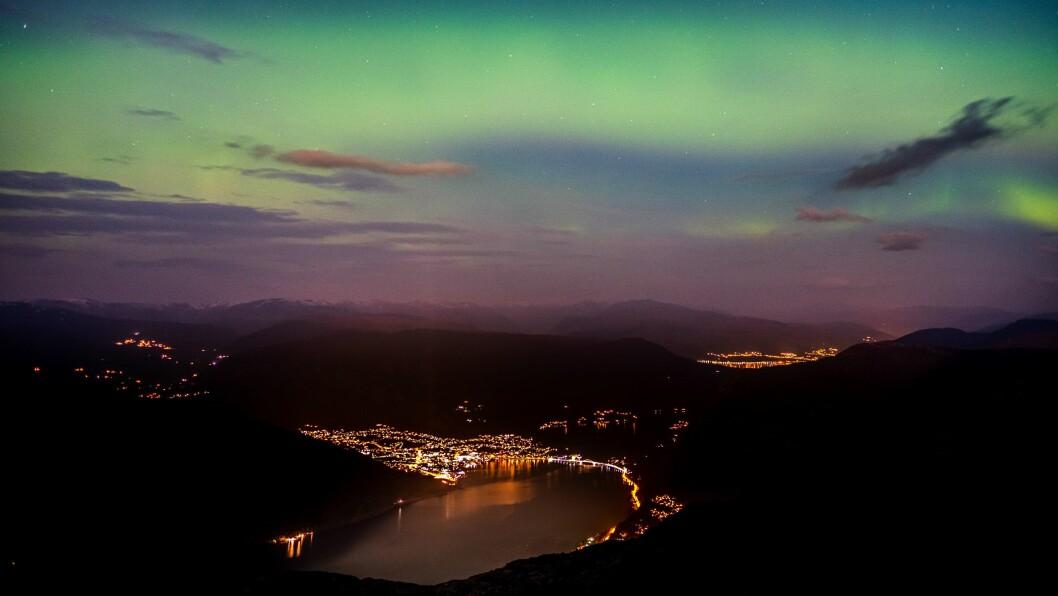 NORDLYS: Nordlyset dansa på himmelen over Sogndal måndag kveld. I slutten av oktober kan det bli meir.