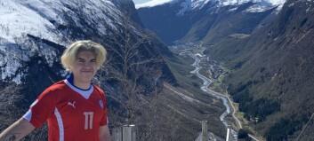 Carlos (19) er kokkelærling på Hotel Alexandra i Loen, men reiser heim til bygda når han kan