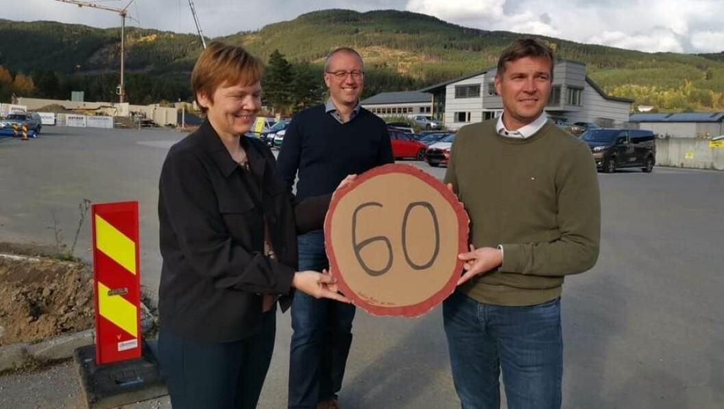 GJENNOMSLAG: Fartsgrensa forbi Kaupanger blir sett ned frå 80 til 60 kilometer i timen. Frå venstre: Trine Lerum Hjellhaug, Arnstein Menes og Tor Arne Ness.