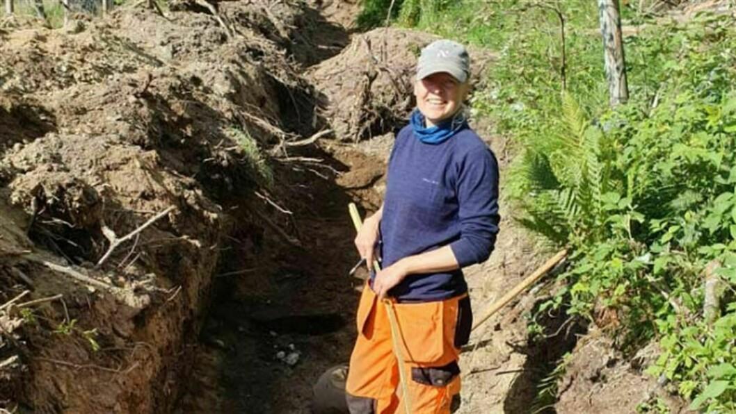 SPOR FRÅ BRONSEALDEREN: Silje Foyn var ein av arkeologane i Vestland fylkeskommune som deltok i dei nye undersøkingane på Modvo. Dei fann då spor av jordbruksaktivitet i området heilt tilbake til bronsealderen, så tidleg som rundt 1800 f. Kr.