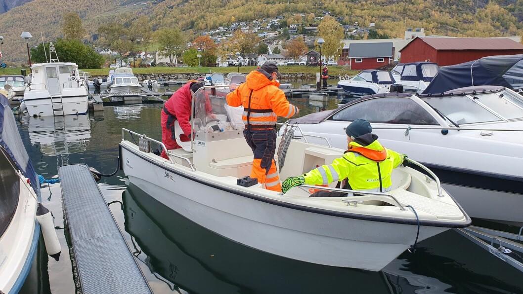 SØK: Ein av mange båtlag som deltek i leiteaksjonen tysdag. Over 40 personar leitar etter ein sakna person.